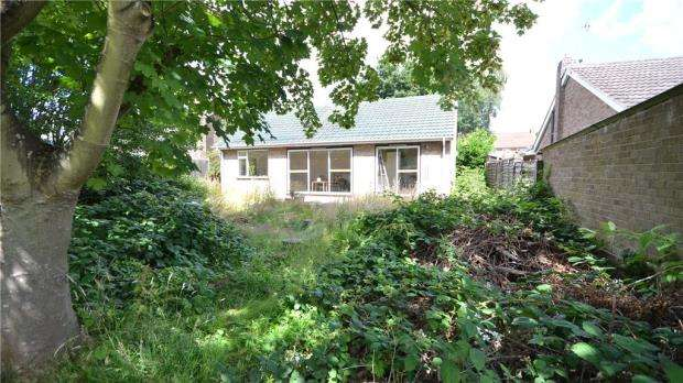 2 Bedrooms Detached Bungalow for sale in 62 Bell Lane, Blackwater, Camberley, GU17 0NN
