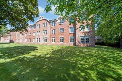 3 Bedrooms Flat for sale in Old Station Court, Bothwell