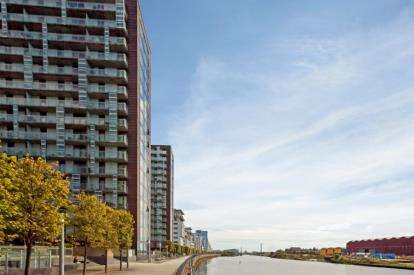 2 Bedrooms Flat for sale in Meadowside Quay Walk, Glasgow Harbour