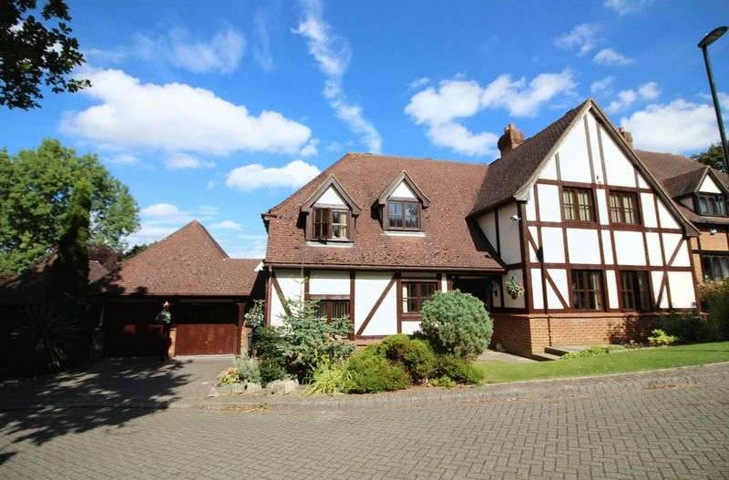 5 Bedrooms Detached House for sale in Weybourne Place, Sanderstead, Surrey