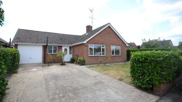 3 Bedrooms Detached House for sale in 20 Farm View, Yateley, Hampshire, GU46 6HU