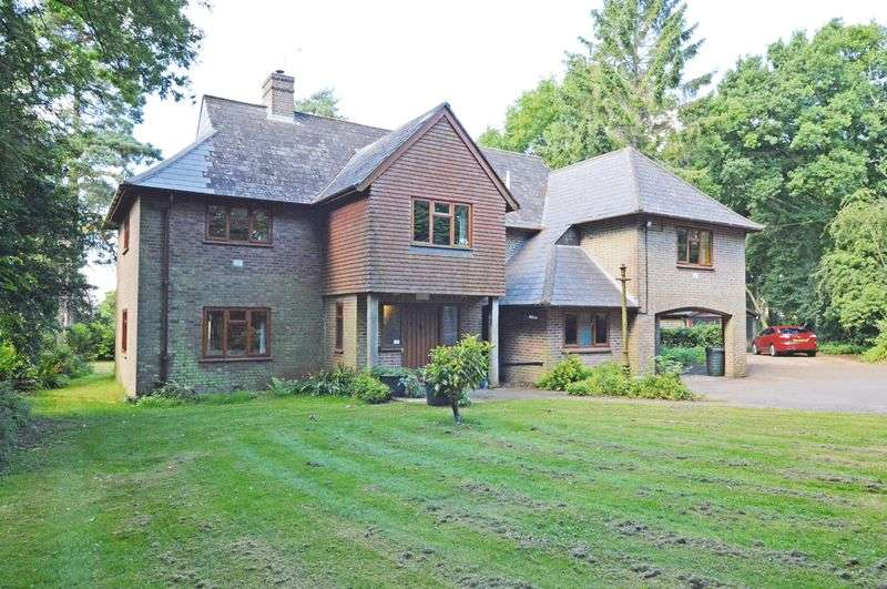 5 Bedrooms Detached House for sale in Country outskirts of Four Marks village, Hampshire