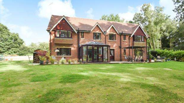 4 Bedrooms Detached House for sale in 1 Kennels Lane, Farnborough, Hampshire, GU14 0LT