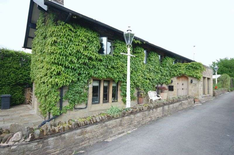 4 Bedrooms House for sale in Cross Cliffe, Glossop