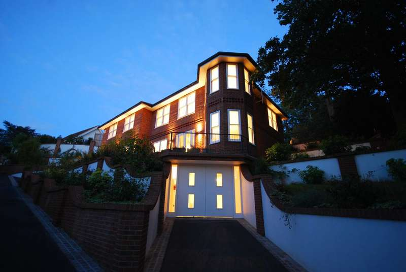 5 Bedrooms Detached House for sale in Mountview Road, Claygate, KT10