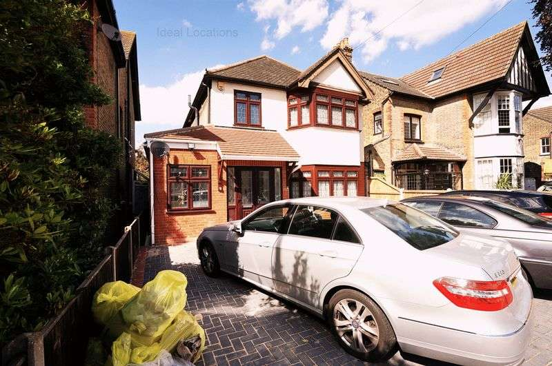 4 Bedrooms Detached House for sale in Heath Park Road, Romford