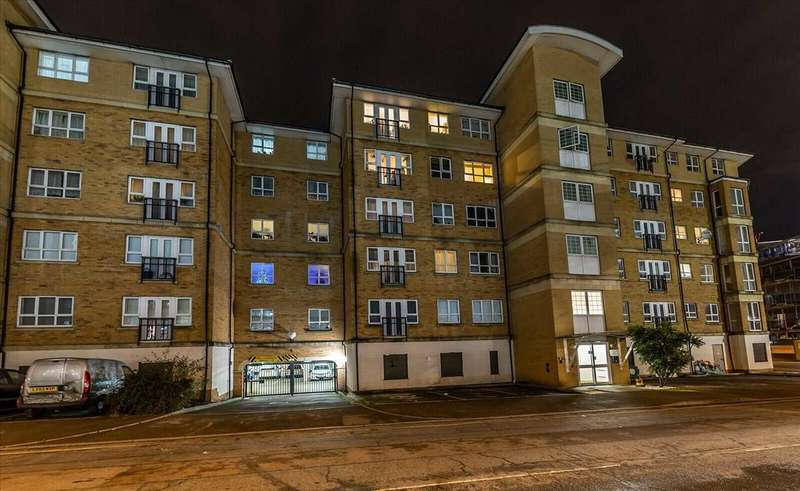 Flat in  Rookery Way  Colindale  NW9  Richmond
