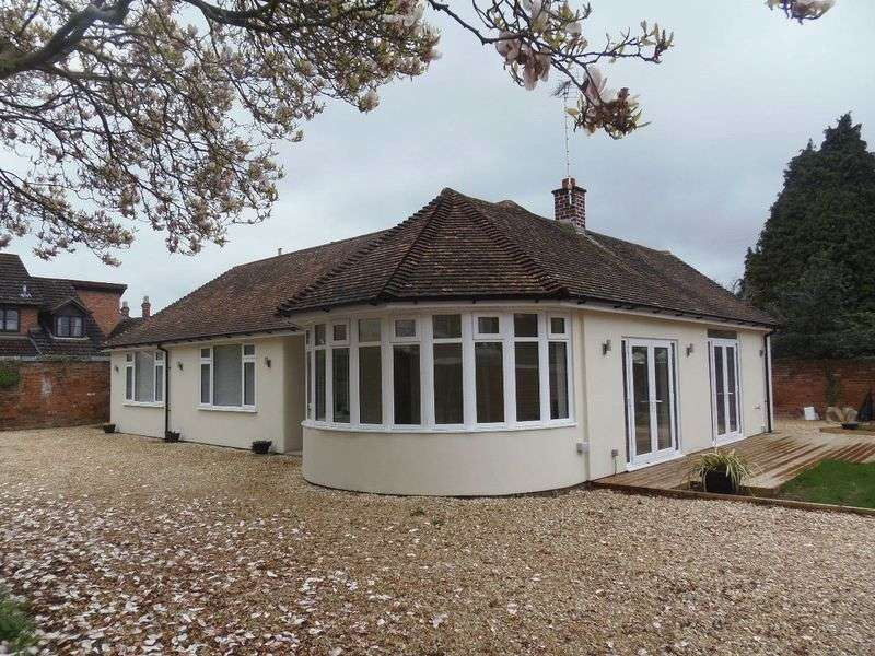 3 Bedrooms Detached Bungalow for sale in London Road, Gloucester