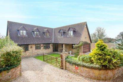4 Bedrooms Detached House for sale in Bucks Hill, Chipperfield, Kings Langley, Hertfordshire
