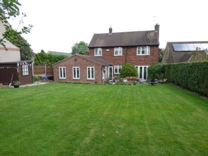 4 Bedrooms Detached House for sale in Hollycroft, Hinckley, Leicestershire