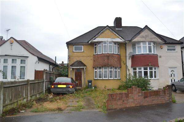 3 Bedrooms Semi Detached House for sale in Connaught Avenue, Hounslow
