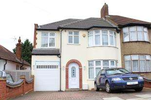4 Bedrooms Semi Detached House for sale in Ilford
