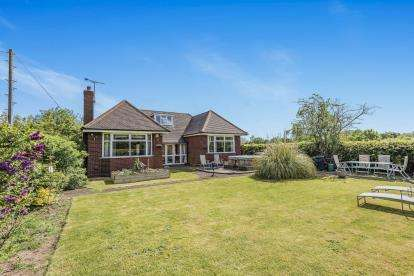 4 Bedrooms Bungalow for sale in Yieldsfield Hall Farm, Stafford Road, Walsall, West Midlands