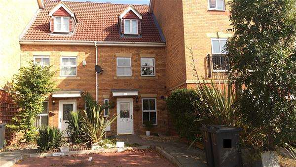 3 Bedrooms Terraced House for sale in Keswick Gardens, Purfleet