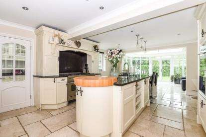 5 Bedrooms Detached House for sale in Magdalen Laver, Ongar, Essex