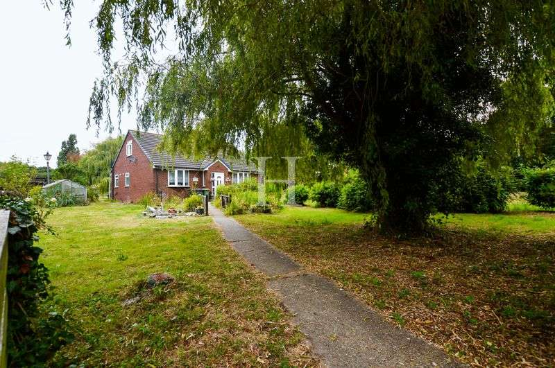 4 Bedrooms Detached House for sale in Lincoln Road, Rochford, Essex, SS4