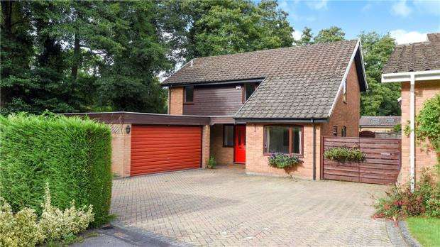 4 Bedrooms Detached House for sale in 14 Kelsey Grove, Yateley, Hampshire, GU46 6AR