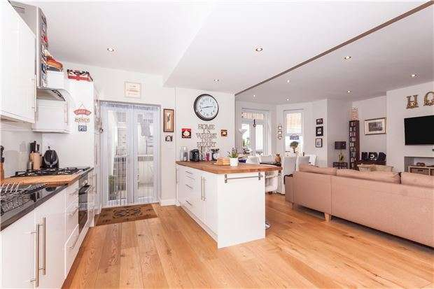2 Bedrooms Flat for sale in London Road, ST LEONARDS-ON-SEA, East Sussex, TN37 6AS
