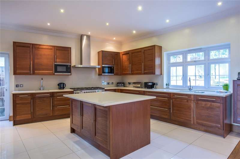 Detached house in  Broughton Avenue  Finchley  N3  West London