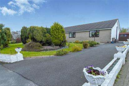4 Bedrooms Bungalow for sale in Whernside Grove, Carnforth, Lancashire, Carnforth, LA5