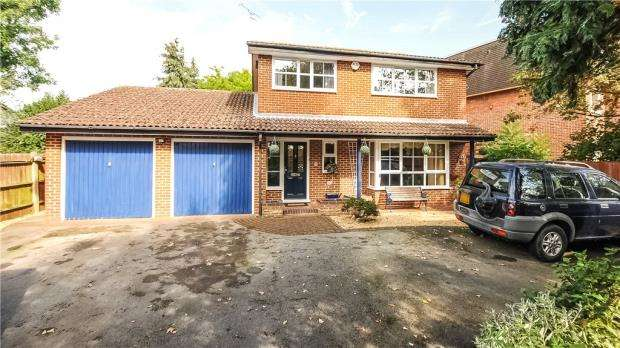 3 Bedrooms Detached House for sale in 3 Manor Road, Ashford, Surrey, TW15 2SL
