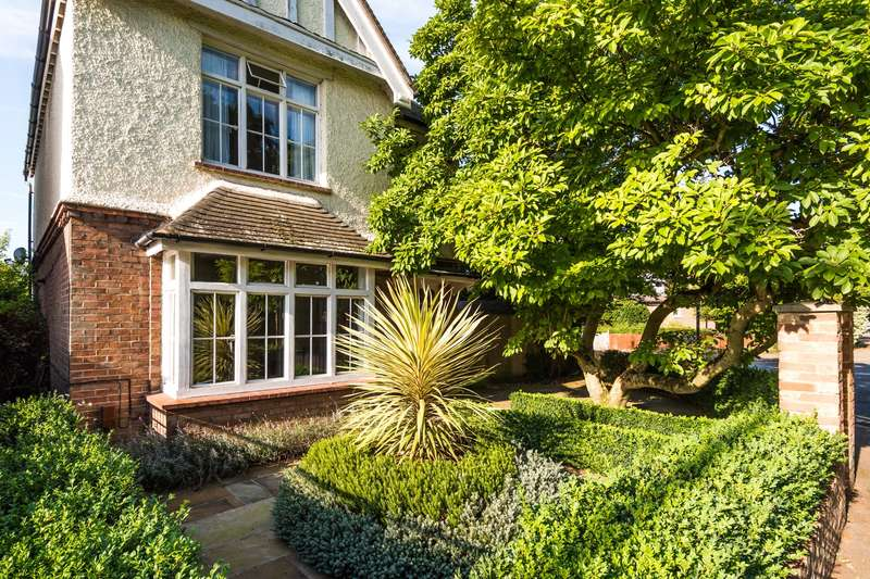 4 Bedrooms Detached House for sale in Rushworth Road, Reigate, RH2