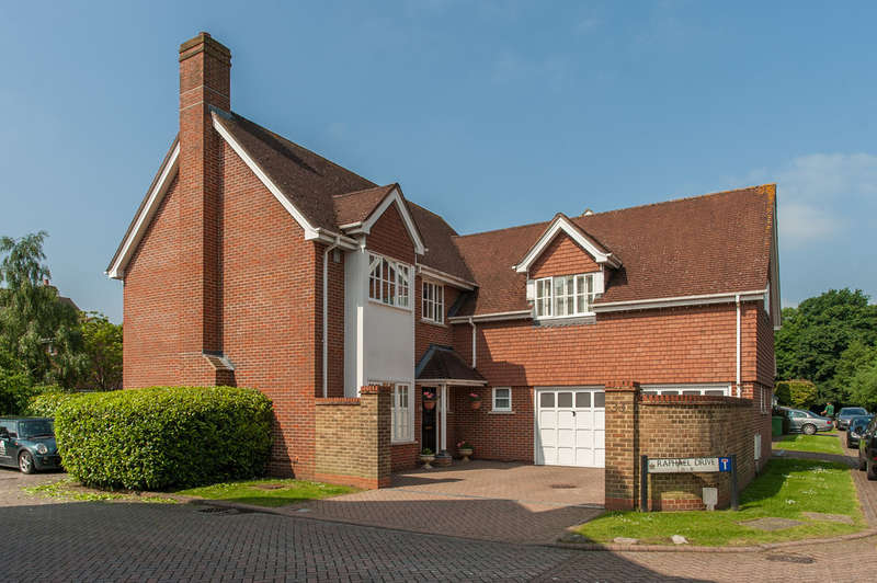 4 Bedrooms Detached House for sale in Raphael Drive, Thames Ditton, Thames Ditton