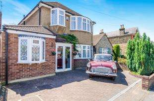 4 Bedrooms Detached House for sale in Orchard Road, Chessington, Surrey