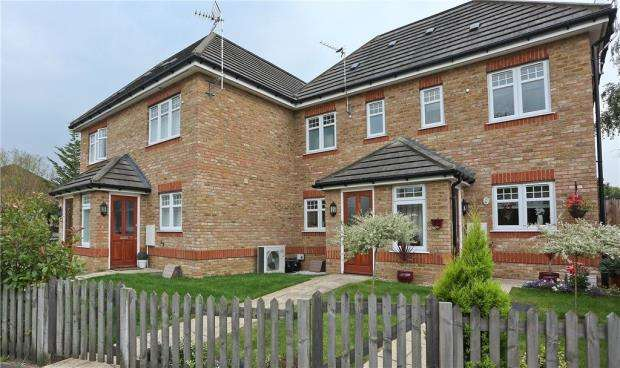 3 Bedrooms Terraced House for sale in 97 Guildford Road, Lightwater, Surrey, GU18 5SB