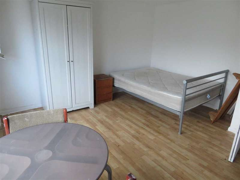 Studio in  The Avenue  Ealing  W13  Richmond
