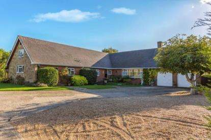 5 Bedrooms Bungalow for sale in Hayling Island, Hampshire