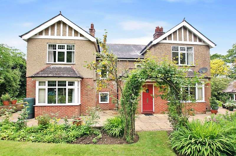 4 Bedrooms Detached House for sale in Hoads Hill, Wickham, Fareham