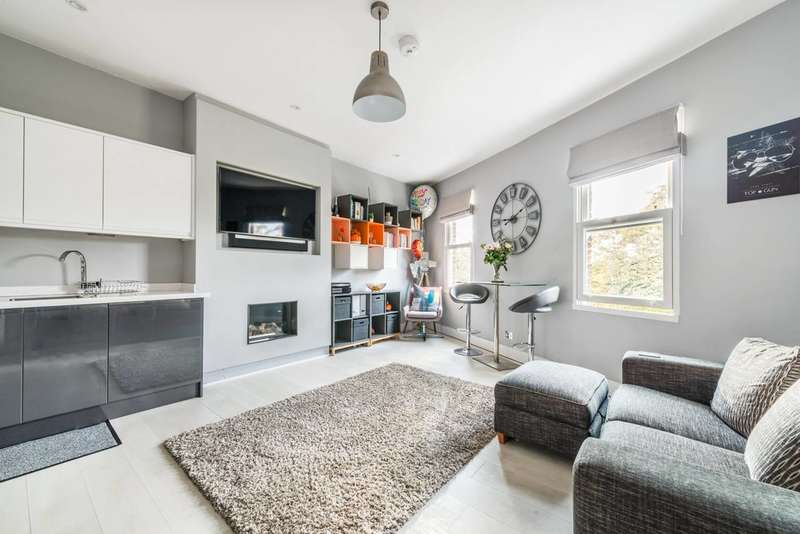 Flat in  The Green  Twickenham  TW2  Richmond