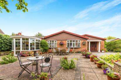 4 Bedrooms Bungalow for sale in Spa Lane, Hinckley, Leicestershire, .
